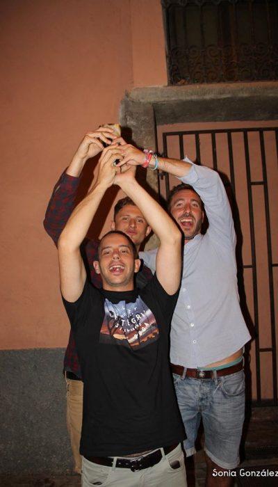 3 chicos levantando una botella de hidromiel